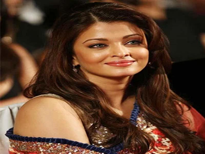 List of Beautiful Hairstyles on Saree 1