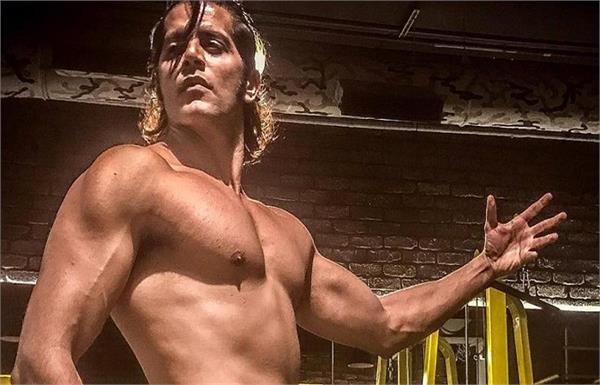 Karanvir Bohra's Toned Body will make you Jealous